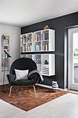 Leseecke mit Sessel, Zeitschriftenhalter und Hängeregalen