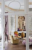 Blick in einen klassischen Salon mit verschiedenen Polstermöbeln