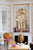 Moderner Spiegel überm offenen Kamin im Salon mit Kassettenwand