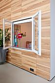 Raum im Raum mit offenem Innenfenster zum Kinderzimmer