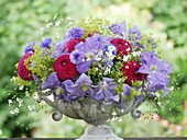 Sommergesteck mit Clematis 'Perle d'Azur', Dahlien, Schleierkraut, Kornblumen und Frauenmantel