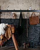 Diele im Industrie-Stil: Garderobenleiste und alter Turnbock