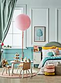 Luftballon auf dem Tisch im pastellfarbenen Kinderzimmer