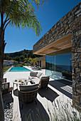 Lounge Möbel auf der Terrasse am modernen Haus mit Swimming Pool