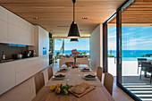 Offener Wohnraum mit Fensterfront im modernen Architektenhaus
