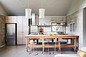 Rustikaler Holztisch in Küche in Grautönen