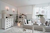 Klassisches Wohnzimmer ganz in Weiß mit Weihnachtsdeko