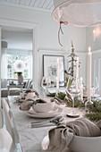 Gedeckter Tisch im Esszimmer in Weiß zu Weihnachten