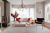Filigrane Couchtische im modernen Wohnzimmer mit Weihnachtsdeko