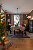 Festlich gedeckter Tisch im klassischen Esszimmer zu Weihnachten
