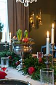 Silberne Schale mit Hyazinthen und Wacholderzweige als Tischdeko