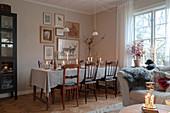 Festlich gedeckter Esstisch zu Weihnachten im Wohnzimmer
