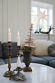 Nostalgische Kerzenleuchter und Weihnachtsdeko auf dem Couchtisch