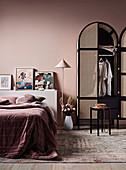Schrank mit Bogen und Geflecht im Schlafzimmer ganz in Altrosa