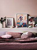 Gemälde auf dem Wandsims hinterm Bett, Schlafzimmer in Altrosa