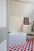 Klassisches Bad mit U-Bahn-Fliesen und Schachbrettboden in Rot-Weiß