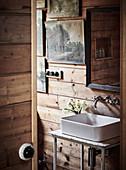 Handwaschbecken an rustikaler Bretterwand