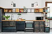 Küchenzeile aus Holz und Metall
