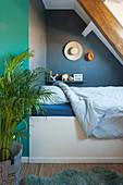 Bett im Gästezimmer mit Dachschräge
