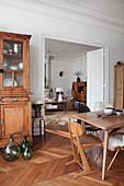 Esszimmer mit alter Anrichte, Blick durch geöffnete Tür ins Wohnzimmer