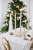 Weihnachtlicher Tisch in Cremefarben mit Kerzen