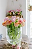 Strauß Tulpen in Rosa und Apricot auf dem Tisch im Esszimmer