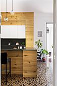 Moderne offene Holzküche im Altbau mit italienischem Fliesenboden