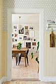 Blick ins Esszimmer mit Bildergalerie an der Wand