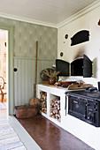 Alter Holzofen in Landhausküche