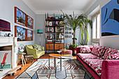 Wohnzimmer im Retro-Stilmix mit grafisch gemustertem Teppich