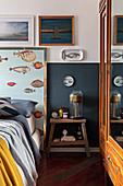 Maritime Deko im Schlafzimmer mit halbhoch blau gestrichener Wand