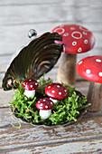 Kleiner Silvesterdekoration: silberne Kaviarschale mit Fliegenpilzen