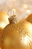 Golden Christmas bauble (close-up)
