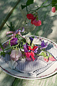 Bouquet of sweet peas as napkin decorations