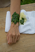 Poultice of mallow leaves for wounds and inflammation