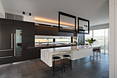 Moderne Luxusküche mit Kücheninsel aus Marmor