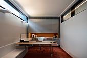Minimalistisches Arbeitszimmer mit deckenbündigem Fensterband
