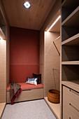 Gepolsterte Sitzbank im begehbaren Kleiderschrank mit Beleuchtung