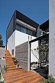 Holztreppe am modernen Architektenhaus mit Innenhof