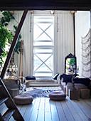 Orientalische Sitzecke mit vertikalem Fenster im alten Holzhaus