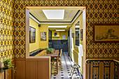 Durchgang zum Esszimmer und der offenen Küche, gemusterte Tapete