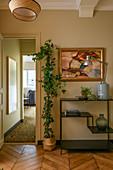 Efeu als Zimmerpflanze neben modernem Metallregal