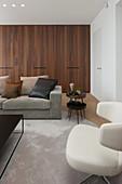 Einbauschrank aus dunklem Holz im modernen Wohnzimmer