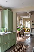 Grüne Anrichte in offener Küche
