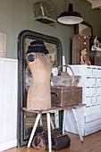 Schneiderpuppe, Holzkiste und Korb vor altem Spiegel