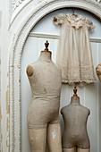 Alte Schaufensterpuppen und Kleidchen als Dekoration
