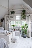 Weißes Wohnzimmer in Shabby-Style mit Sitzbank und Truhe als Couchtisch