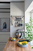 Frisch geerntete Zucchini und Bohne und Küchenmaschine auf Küchenarbeitsplatte