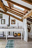 Doppelwaschtisch in ländlichem Dachzimmer mit Holzbalkendecke
