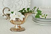 Silberne Sauciere mit Efeuranke und Blüten von Glockenblume